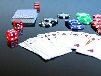 photo de cartes et jetons casino